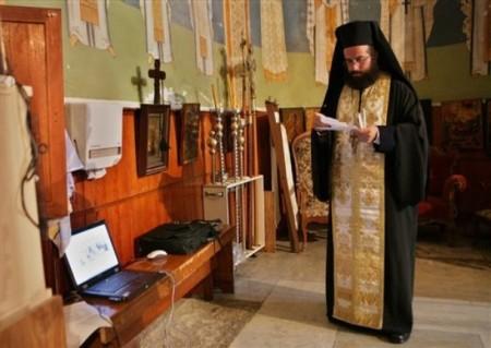 mnich s laptopem